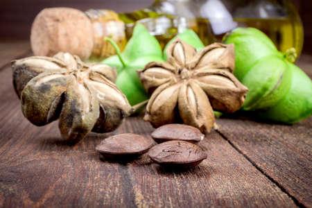 gedroogde capsule zaden vruchten van sacha-Inchi pinda op houten tafel Stockfoto