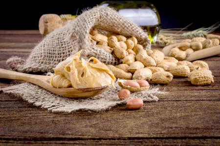 pindakaas en pinda's op de houten vloer Stockfoto