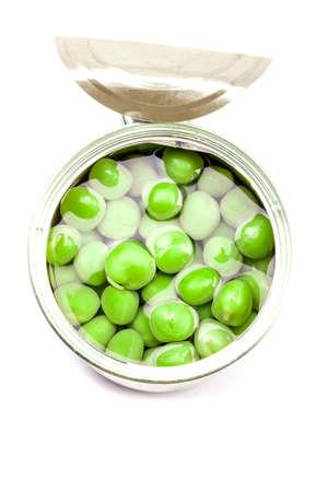 Geöffnete Dose mit grünen Erbsen. Isoliert auf weiss.