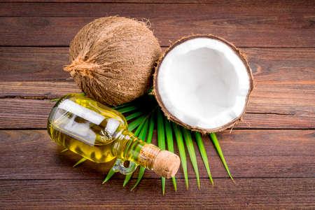 aceite de coco: Coco y aceite de coco en la mesa de madera