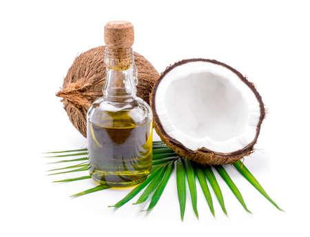 El aceite de coco para la terapia alternativa en backgroung blanco.