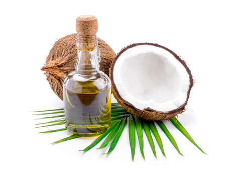 the coconut: El aceite de coco para la terapia alternativa en backgroung blanco. Foto de archivo