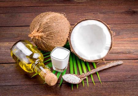 Kokosmelk en kokosolie op houten tafel Stockfoto