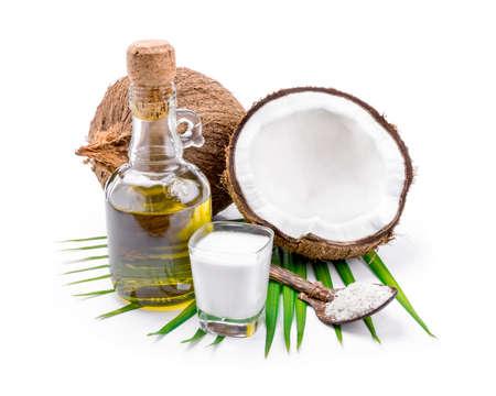 coco: La leche de coco y aceite de coco en el fondo blanco.