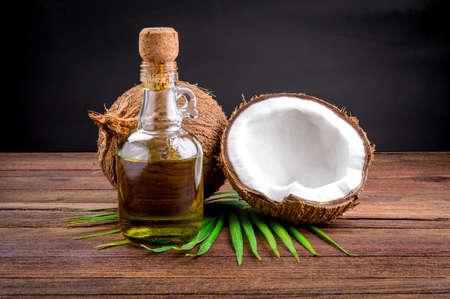 coconut oil: Noce di cocco e olio di cocco su tavola di legno