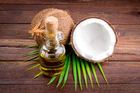 Kokosnoot en kokosolie op houten tafel