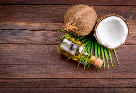 coco: Coco y aceite de coco en la mesa de madera