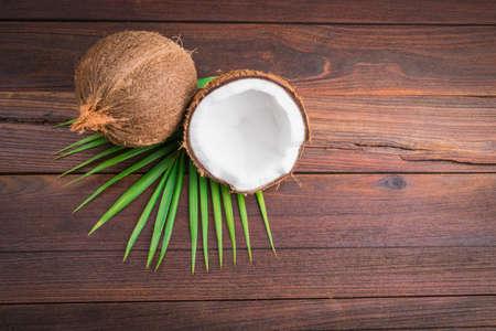 Kokosnoot op houten tafel Stockfoto
