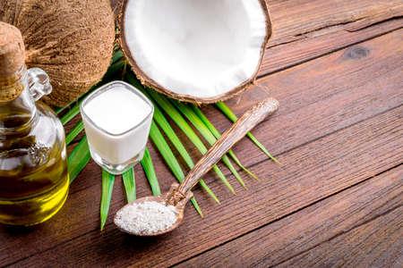 coconut oil: Latte di cocco e olio di cocco su tavola di legno
