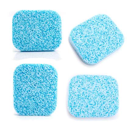 celulosa: Una esponja azul celulosa súper absorbente en blanco.