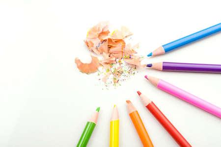 lapiz y papel: lápices de colores sobre fondo blanco virutas