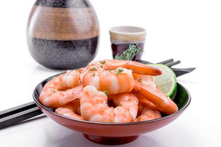 camaron: Camarones frescos son un aperitivo delicioso gastronómico en el fondo blanco.