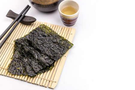 algas marinas: merienda algas asado en la estera de bambú