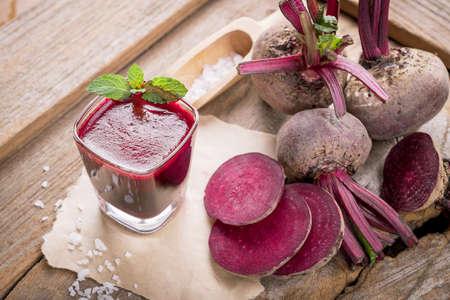 jugo de remolacha, una bebida saludable en la mesa de madera.