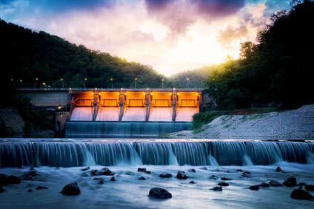 Scenery avond Kiew Lom Dam, Lampang, Thailand. Stockfoto
