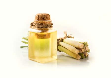 Olio essenziale di citronella su sfondo bianco.