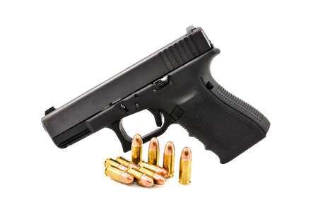 Automatisch 9 mm pistoolpistool met kogel 9 mm lood ronde neus geïsoleerd op een witte achtergrond Stockfoto
