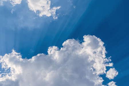 아름다운 푸른 하늘에 흰 구름