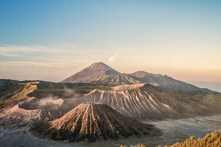 ブロモ火山 (グヌン ブロモ) インドネシア東ジャワ州でのマウント Penanjakan の視点からの日の出。