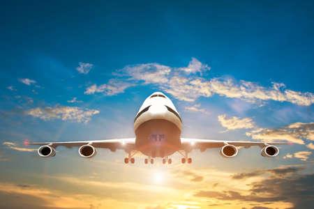 Flugzeug nehmen Sie auf dem blauen Himmel ab, großes Düsenflugzeug, das auf blaues bewölktes skybackground fliegt
