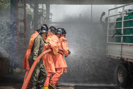 消防士は、LPG 貯蔵施設で火災戦闘計画をリハーサルします。タイ。