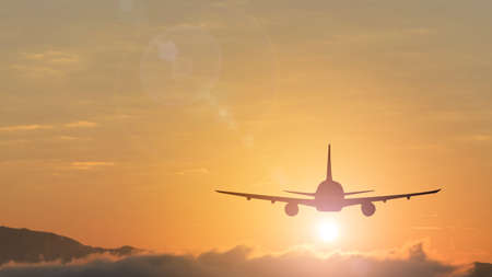Sagoma da un pianerottolo che sta volando verso l'aeroporto. Foto scattata durante un bel tramonto colorato. Archivio Fotografico - 94883758