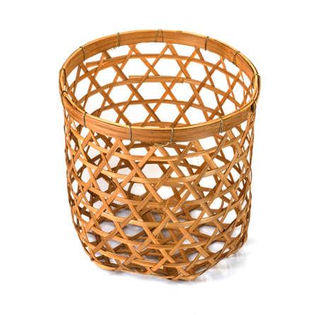 Bambuskorb handgemacht isoliert auf weißem Hintergrund. Aus Bambustablett gewebt.