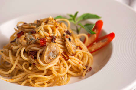 Espaguetis con mariscos servidos en un plato blanco Foto de archivo