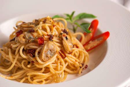Spaghetti ai crostacei serviti in un piatto bianco Archivio Fotografico