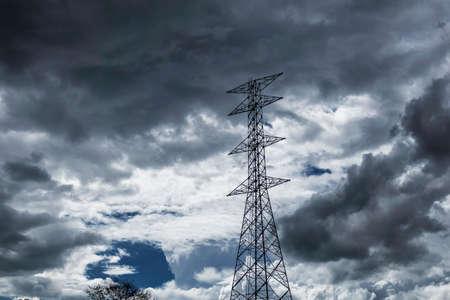 poste de alta tensión Fondo del cielo nubes de lluvia. Foto de archivo