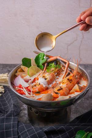 Tom yum kung. Piatto caldo dei frutti di mare di stile tailandese dell'alimento. Cibo tradizionale in stile tailandese.