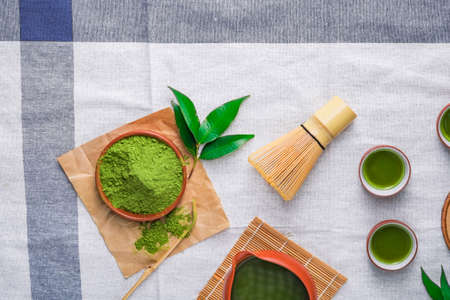 Green tea powder with leaf in ceramic dish on the table, Japanese wire whisk made of bamboo for matcha tea ceremony. 版權商用圖片