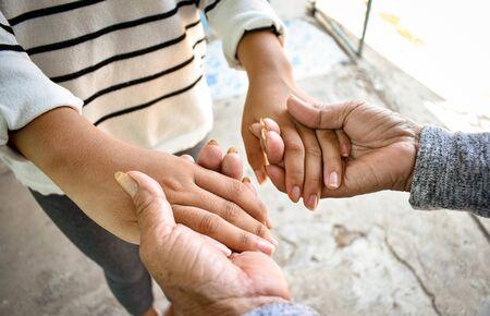La petite-fille en gros plan prend soin de la grand-mère malade à la maison en se tenant la main. Le style de vie soutient l'amour de la famille.