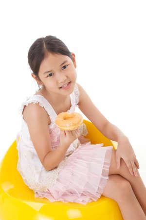 obesidad infantil: retrato de la chica con el buñuelo