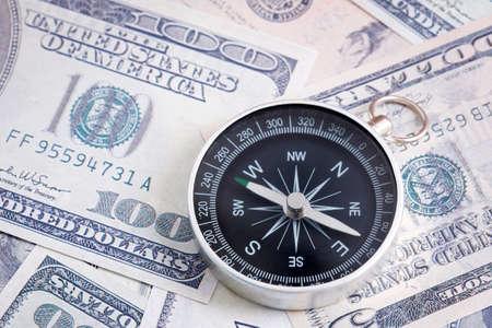 Concept financier : Dollar américain et boussole. Banque d'images