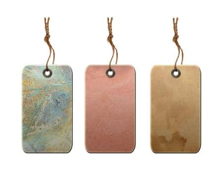 Vintage etiquetas de regalo en blanco con cadena aislada en el fondo blanco.