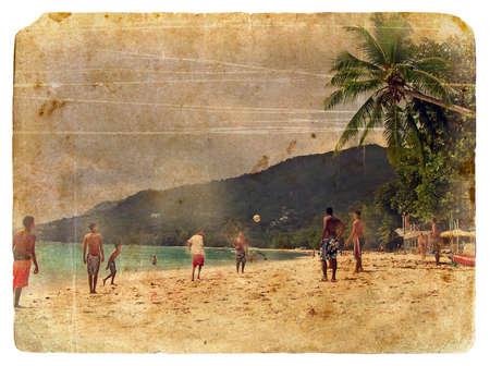 Jonge jongens spelen beachvoetbal op het eiland Mahe, Seychellen, 2007. Ontworpen in de stijl van een oude ansichtkaart