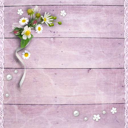 Achtergrond pagina voor fotoboek ontwerpen. Oude houten planken met een boeket van bloemen en kant Stockfoto