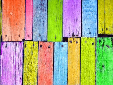 Kleurrijke houten bord genageld, grunge achtergrond Stockfoto