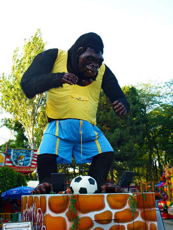 A large figure of a black gorilla fit in a football player with the ball. Éditoriale