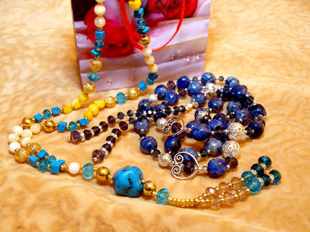 Gift for women - beads of lapis lazuli and turquoise. Banque d'images