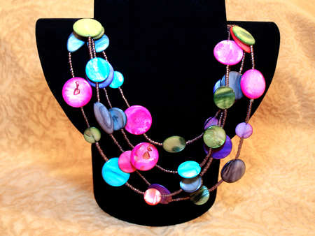 Beautiful, bright, colorful beads of natural nacre on black bust Banque d'images