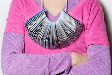 hanging around: imagen de una mujer con un mont�n de tarjetas de cr�dito que cuelga de su cuello