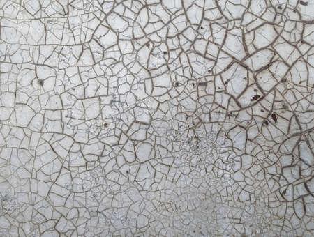 Texture de peinture ancienne fissurée sur le mur. Gros plan de la surface endommagée vintage