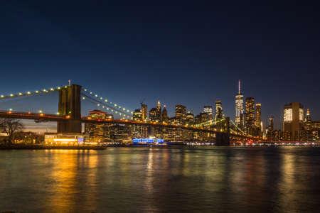 Manhatan y el puente de Brooklyn en la noche. Nueva York, Estados Unidos de América