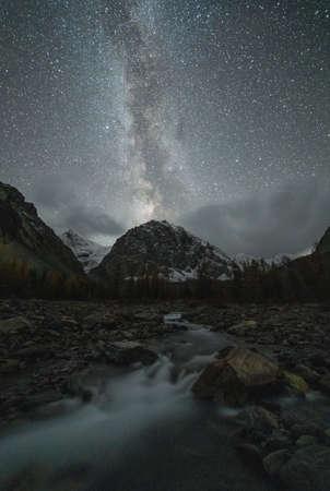 Karatash Mountain, Aktru River and Milky Way at Night. Kurai District, Altai Mountains, Siberia, Russia Archivio Fotografico