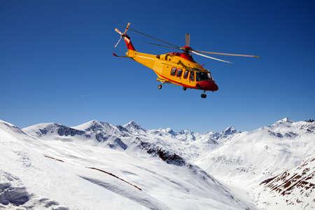 Hubschrauber im Hochgebirge Standard-Bild