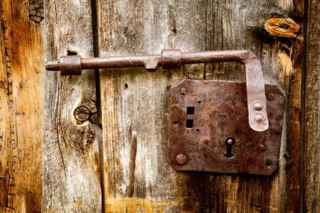 Pestillo antiguo en detalles de la puerta de alerce Foto de archivo