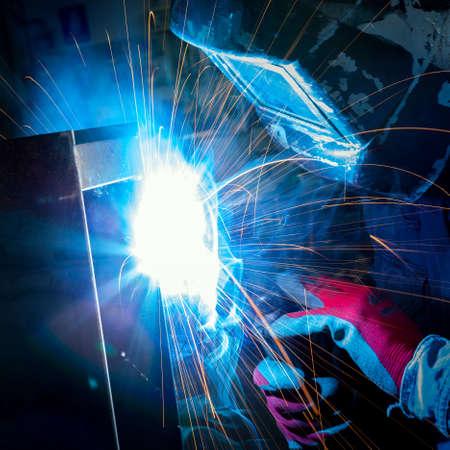 Arbeiter mit Plasmaschweißgerät