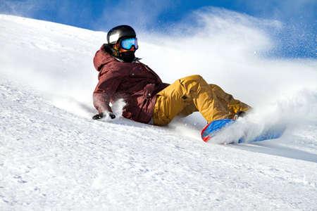 sauter avec snowboard dans la neige fraîche Banque d'images